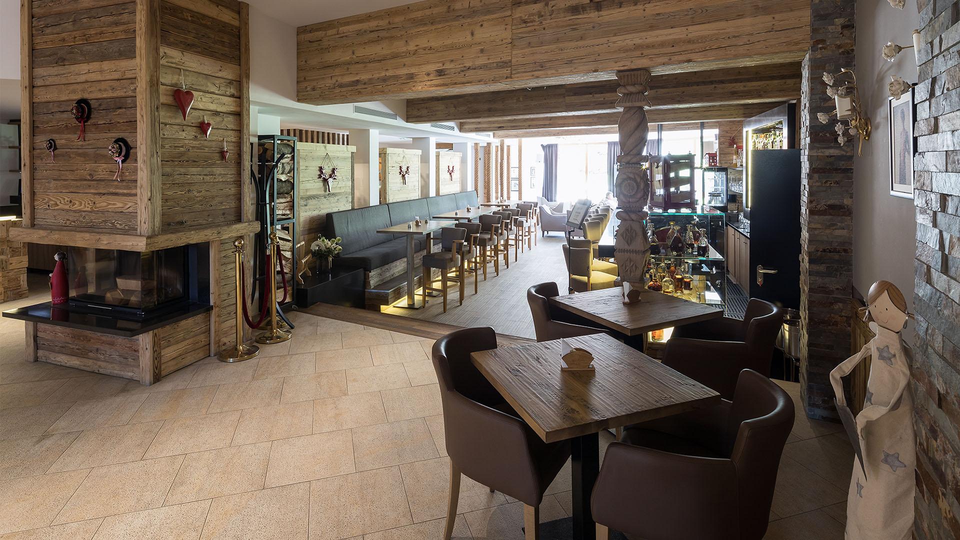Grand Foyer Bar Allphones Arena : Grand lobby café bar teleferic hotel poiana brasov